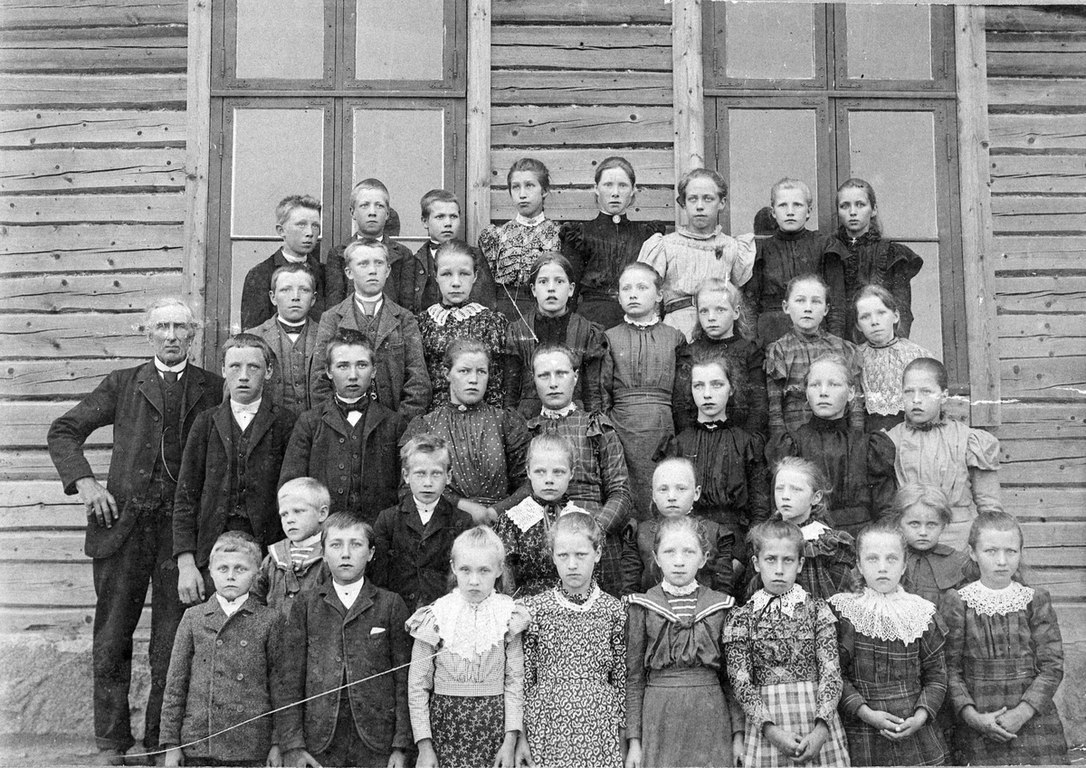 Gruppebilde av elever ved Stranden skole 1899 - 1900