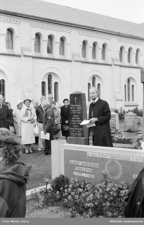 """Kyrkogårdsvandring vid Lindome kyrka i Lindome, år 1984. """"Håkan Mattson framför Johan Alfred Jönssons grav.""""  För mer information om bilden se under tilläggsinformation."""