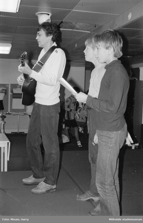 Föreningarnas dag i Kållered, år 1984. Trubaduren Ole Moe.  För mer information om bilden se under tilläggsinformation.