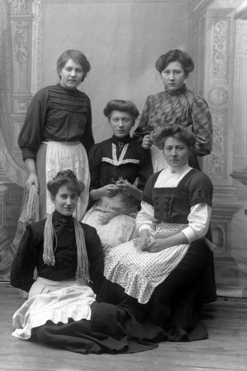 Studioportrett av fem kvinner.