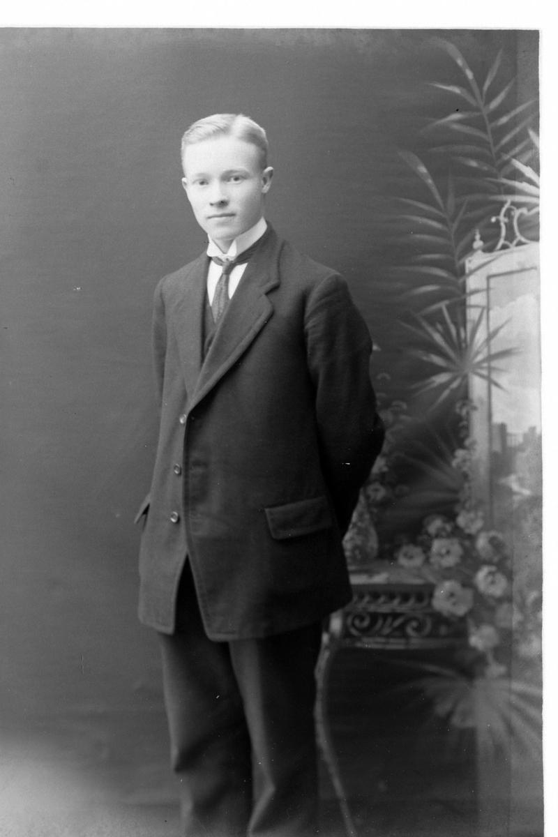 Studioportrett av en ung mann.