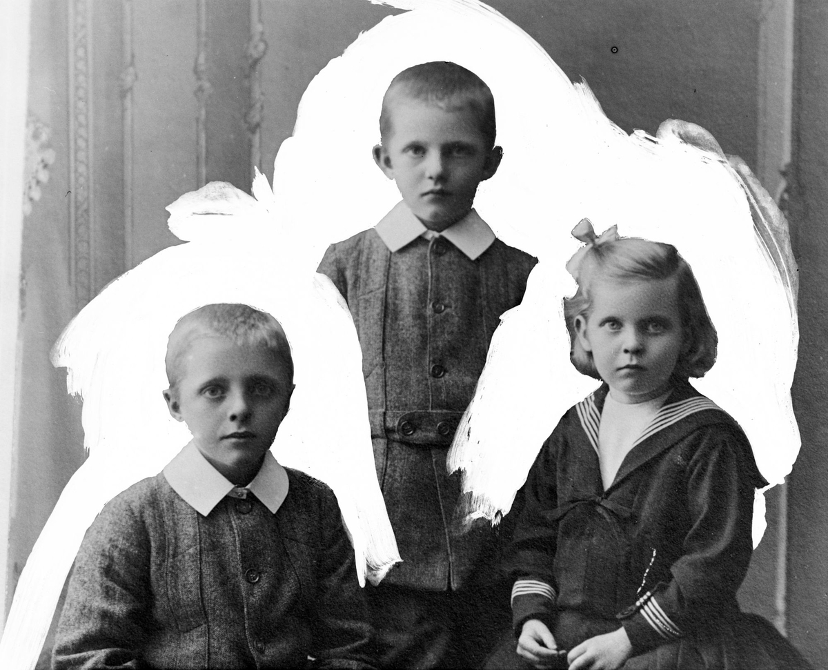 Studioportrett av tre barn med hvit bakgrunn.