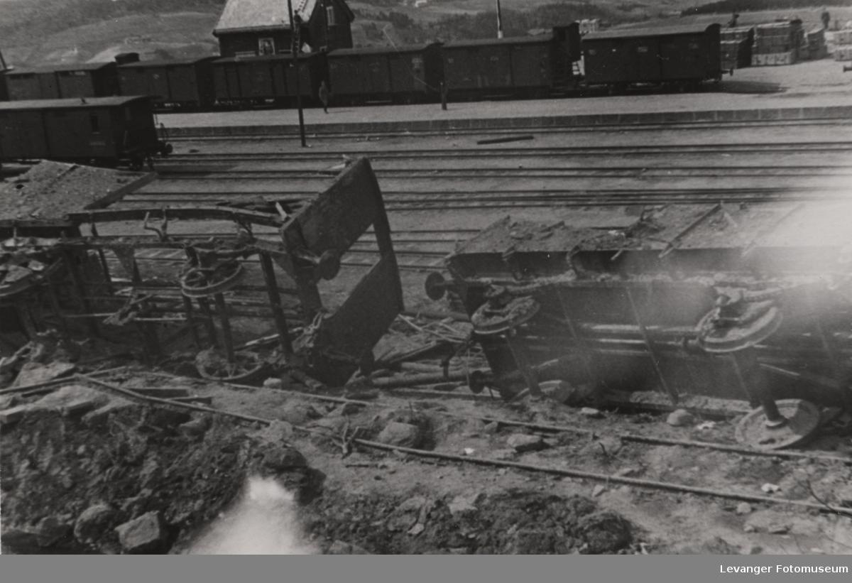 Ødelagt jernbanevogn etter bombingen.