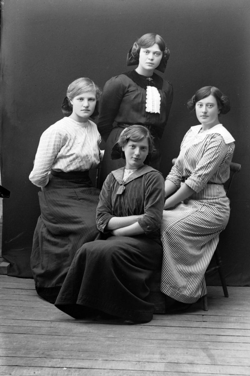 Gruppeportrett tatt i studio av fire kvinner.