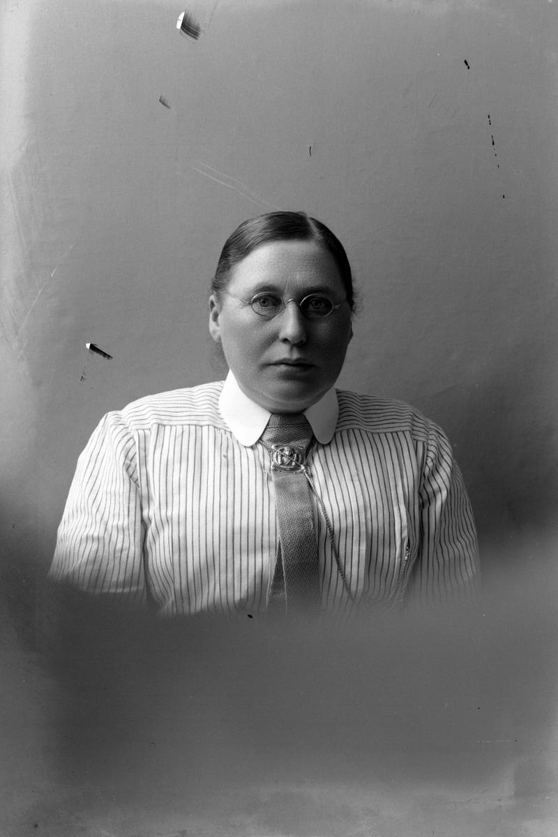 Studioportrett av Anna Bertheussen i halvfigur.