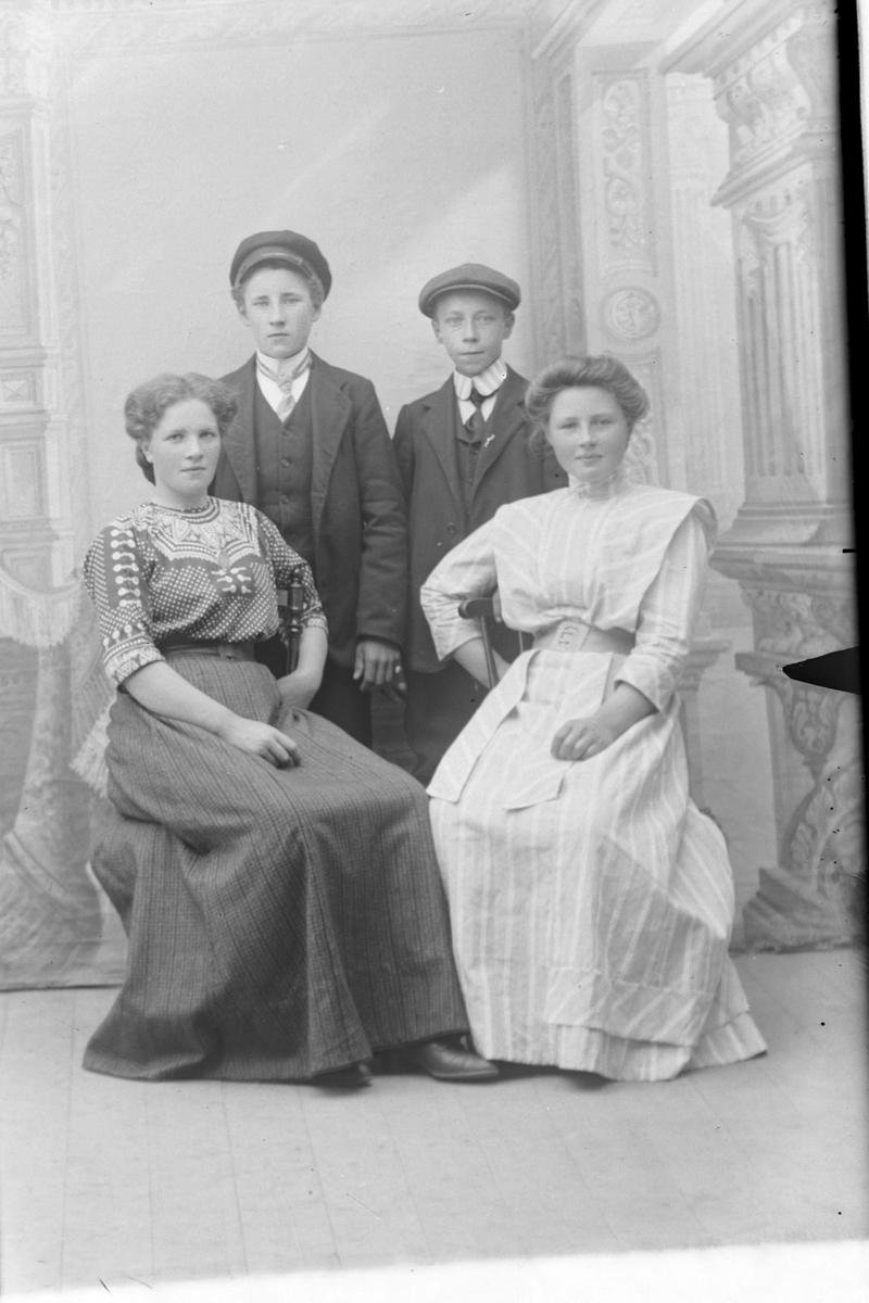 Studioportrett av fire ungdommer.