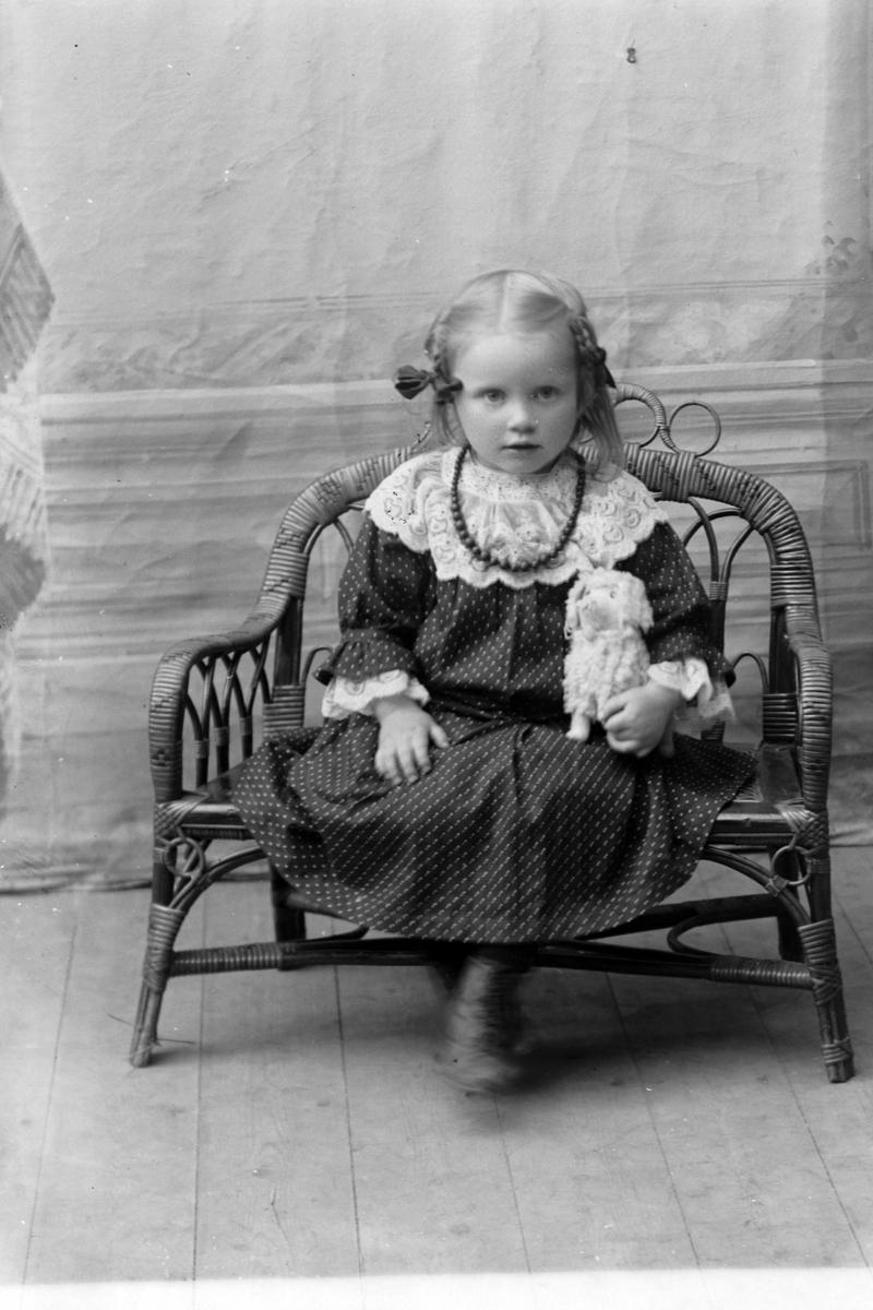 Studioportrett av en ung pike i helfigur, muligens Bjørg Gerhardsen.