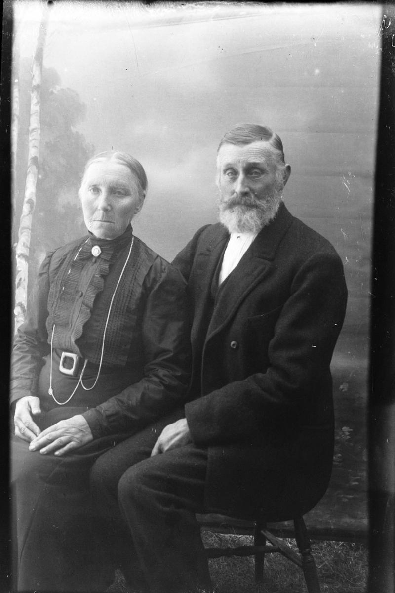 Studioportrett av to sittende personer, trolig Marta Mikalsdatter og Edvard Kristensen.