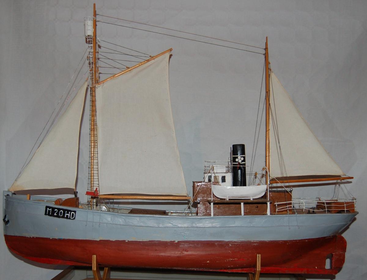 """Modellen er en kopi av selfangeren D/S """"Isflora"""" som den såg ut originalt i 1931. Den er rigget med full seilføring og utkikstønne i mastetoppen."""