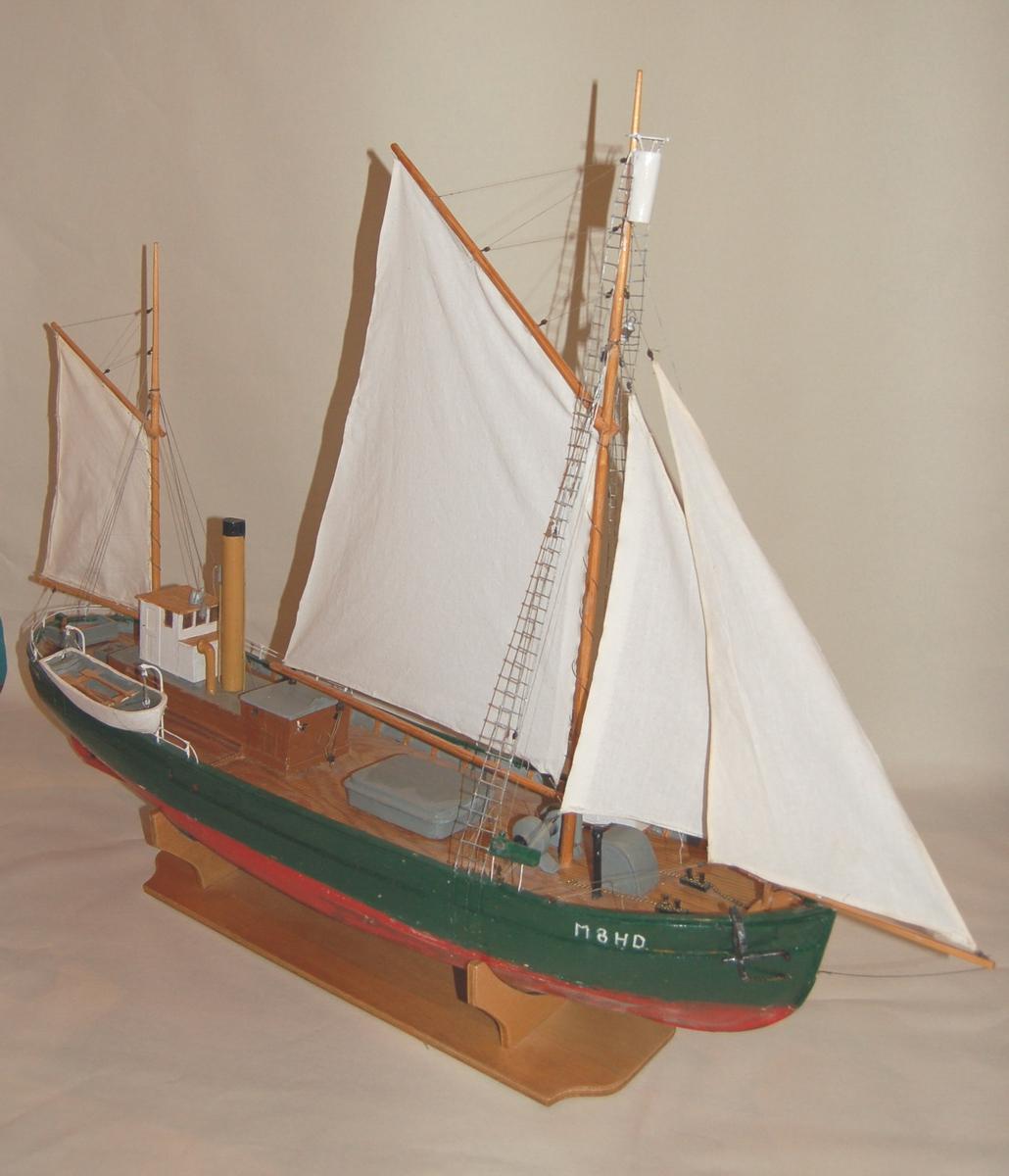 """Modellen er en kopi selfangstskuta """"Aarvakl"""". Den var bygd i tre og med isklasse for ferdsel i arktiske områder. Modellen har full seilføring og utkikstønne i formasten."""