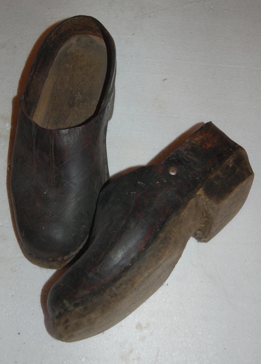 Skorne (Treskorne) har en botn (fot) av tre med overlær.