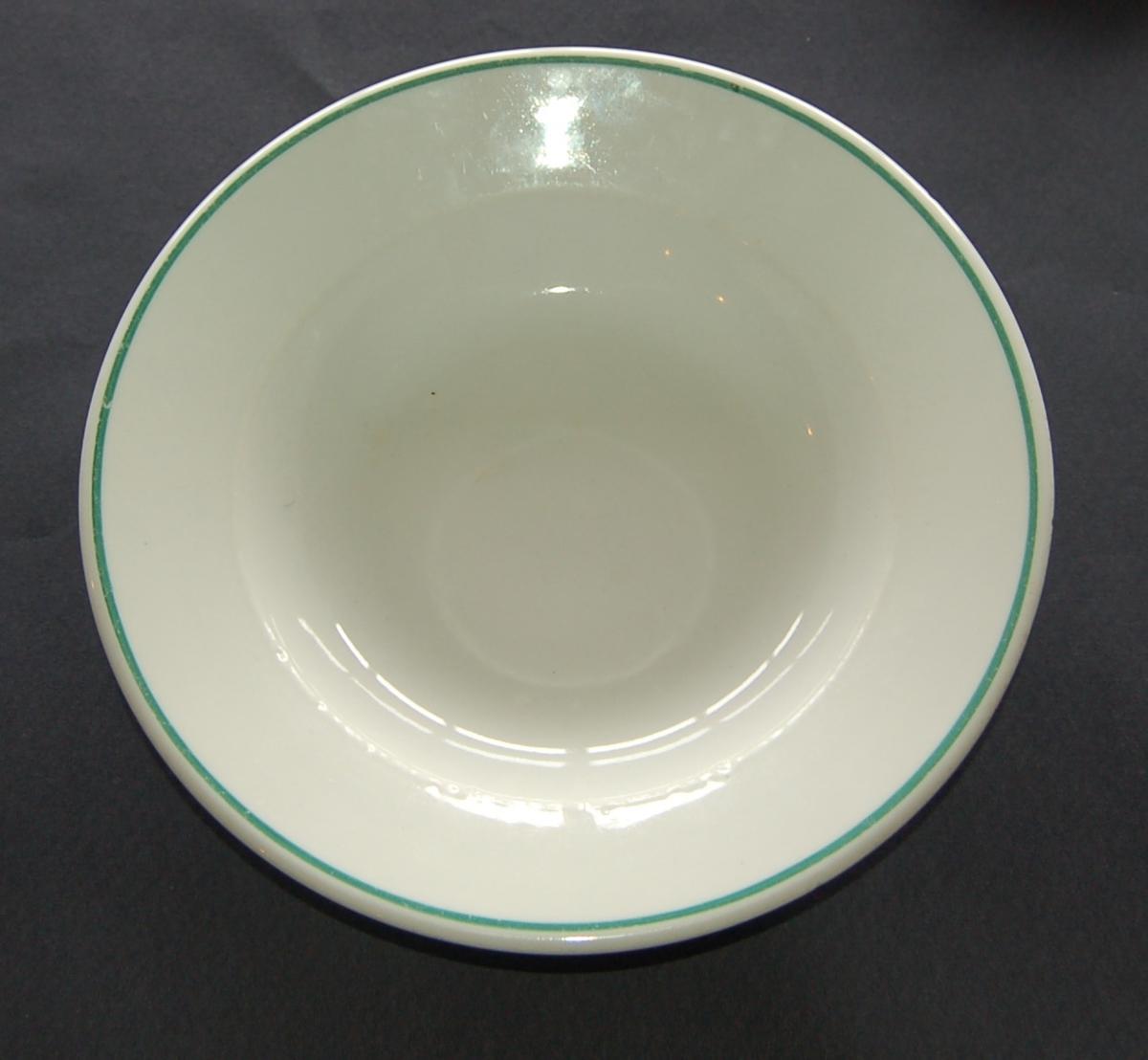 Rund glassert porselen suppetallerken med grønn dekorring
