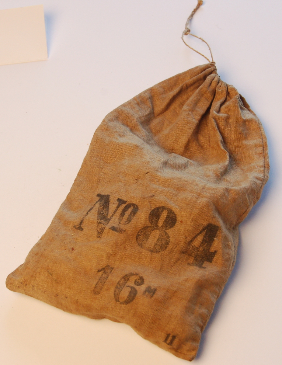 Lerretspose med sluttetninger (pappskiver) til haglpatroner.