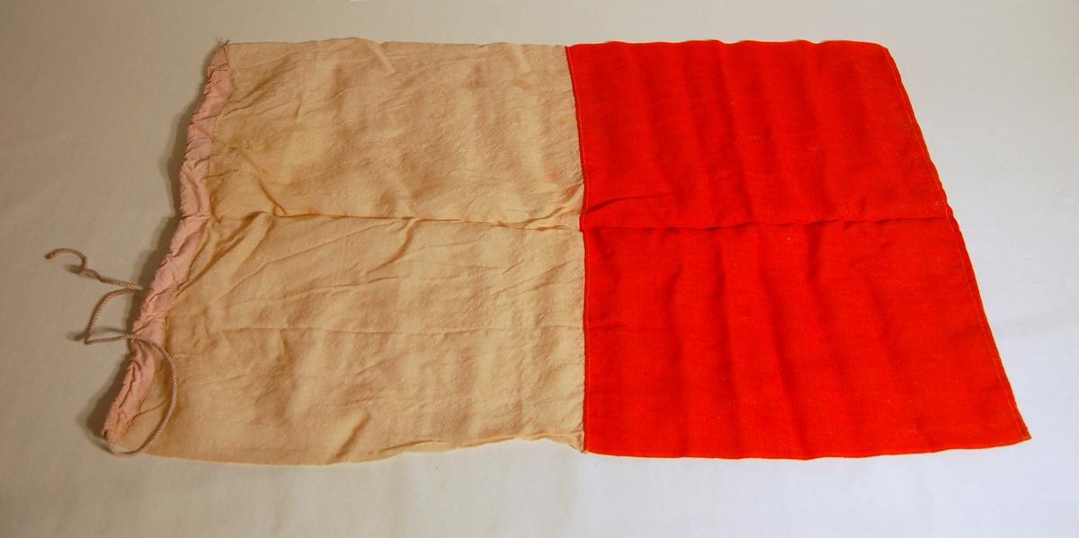 """Gjenstanden er et signalflagg i fargene Kvit, Rød, og som symboliserer bokstaven """"H""""."""