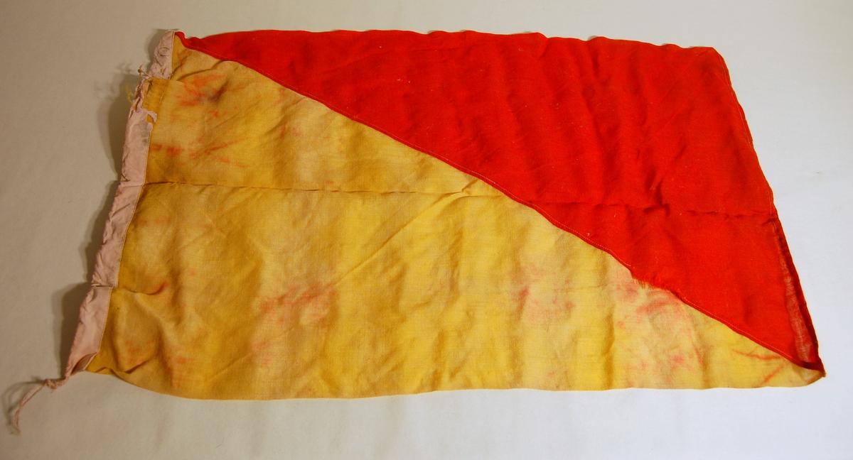 """Gjenstanden er et signalflagg i fargene Gul, Rød, og som symboliserer bokstaven """"O""""."""
