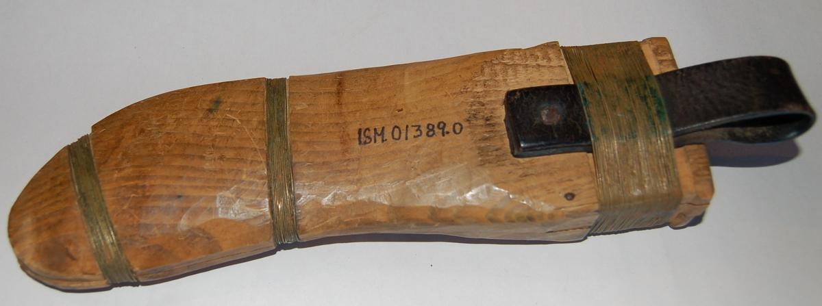 Svakt buet knivformet. Sliren er benslet sammen på 2 steder med tynn messingtråd og loddet. Beltestropp av lær som er festet til sliren med en nagle, samt at den går under det øverste benselet.