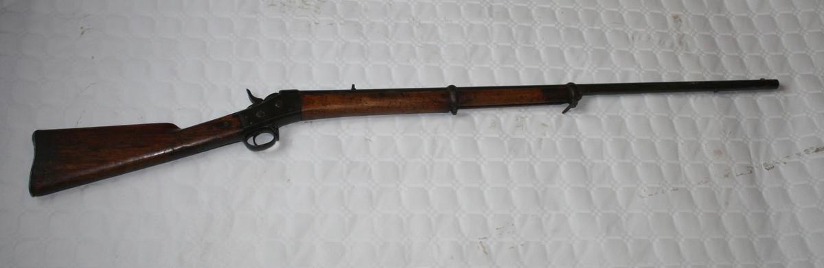 """Geværet er en enkelløpet hagle, kaliber 16. På toppen er der en """"Hane"""" til å spenne geværet med, og der skal være en mindre til å åpne kammeret for isetting av patron, men den er brukket av og borte vekk."""