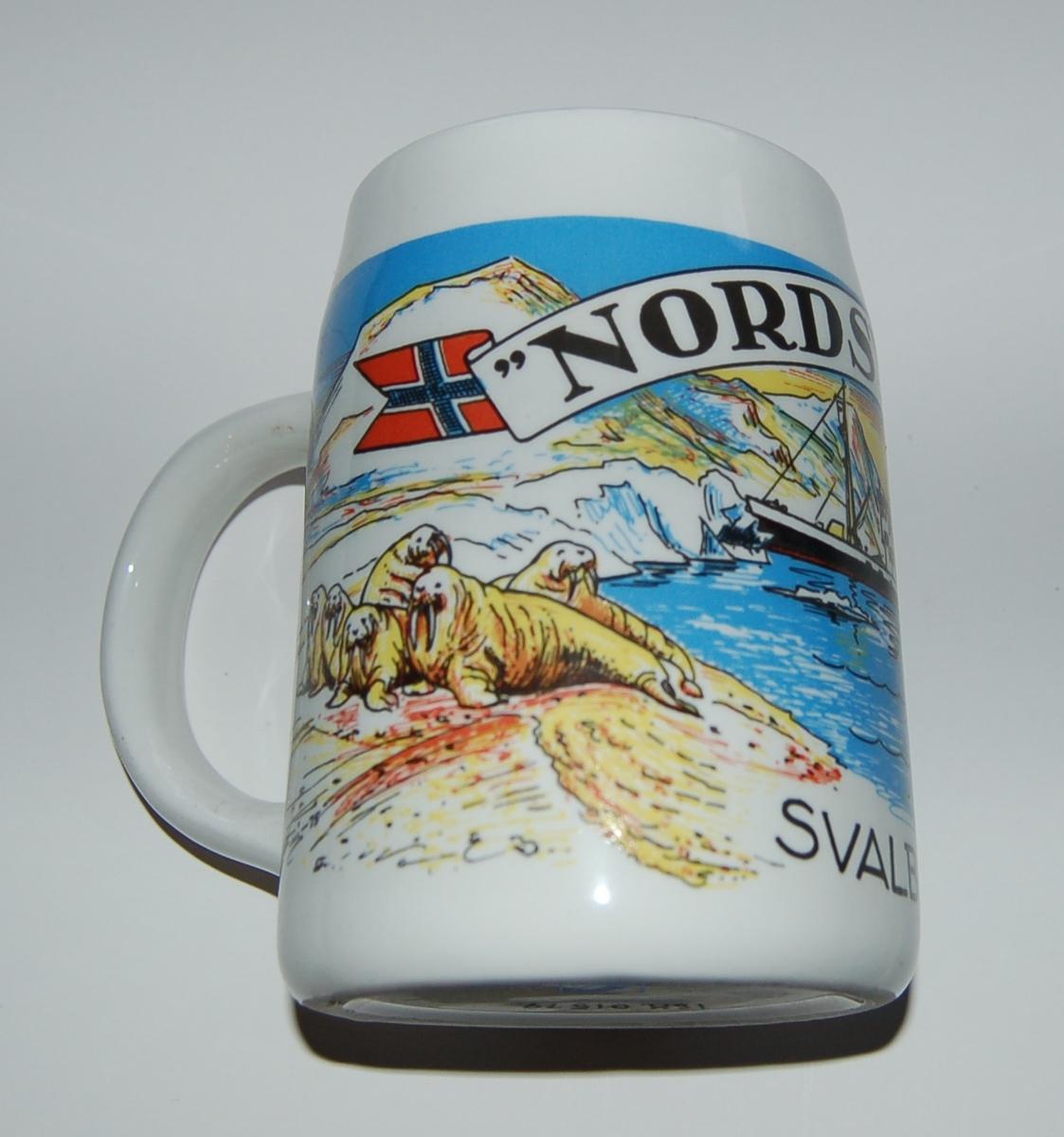 Utsmykka kjegleformet souvenirkrus i glassert porselen. Motiv: Banner - Sysselmannsskute. Isbjørnfamilie på isflak. Tekst: Nordsyssel. Svalbard.