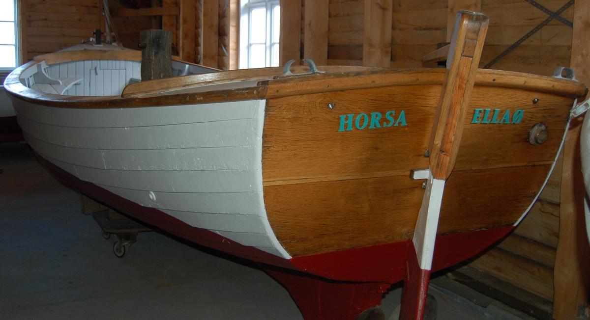 """Horsa er en klinkerbygd motorbåt med en """"Solo"""" bensinmotor til framdrift."""