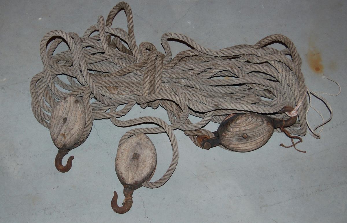 Gaffelbomløftetbbestår av 3 enskivede blokker og 37,5 meter tau. derav en blokk har krok og hundsvott, mens dei to andre har berre krok.