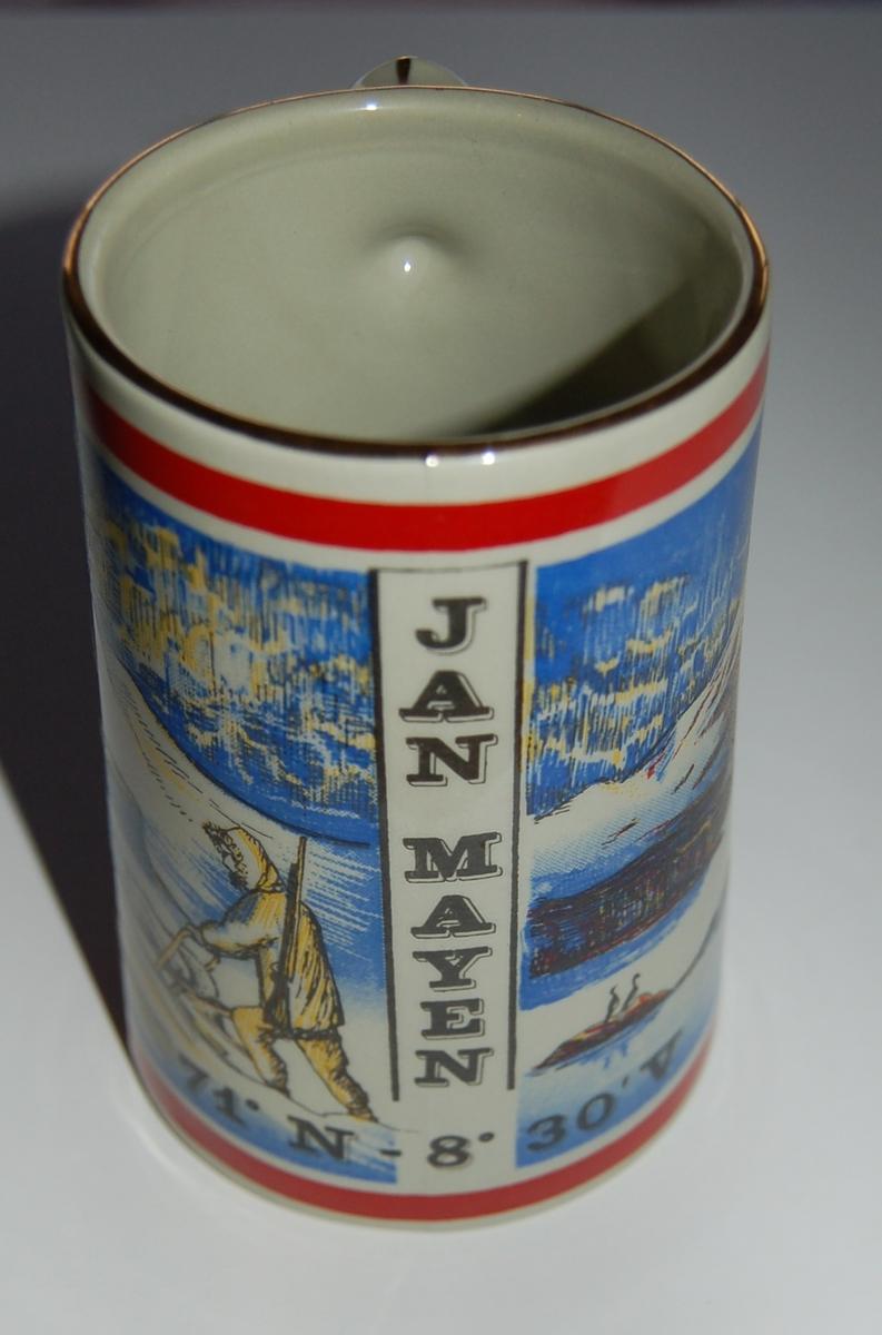 Utsmykka kjegleformet souvenirkrus i glassert porselen. Motiv: Hundespann, Berenberg. Tekst: Jan Mayen. 71 Grader N. 8 Grader 30 Minutt V.