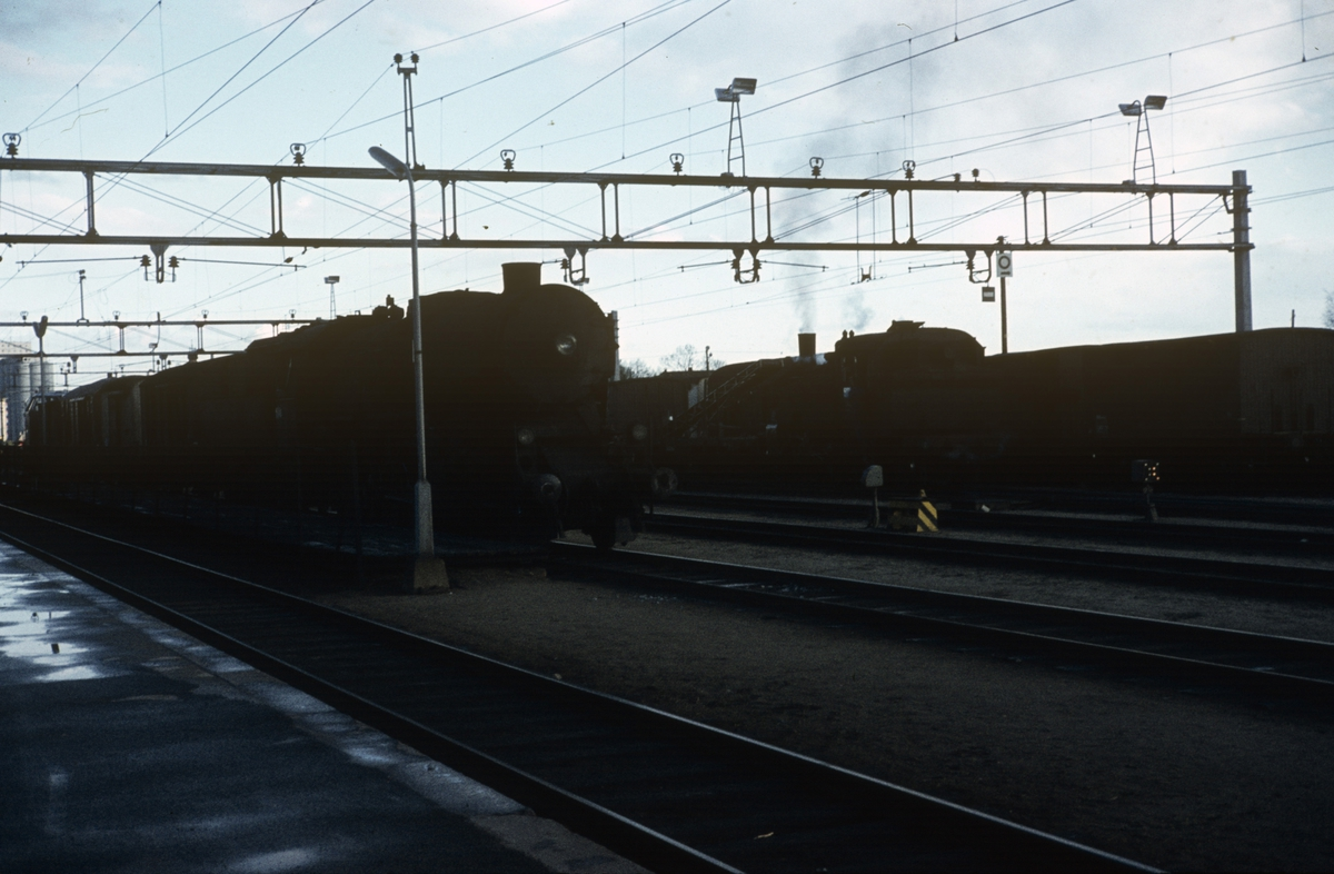 Godstog fra Gjøvikbanen på Grefsen stasjon, trukket av damplok type 63a. I bakgrunnen skiftelok type 32.
