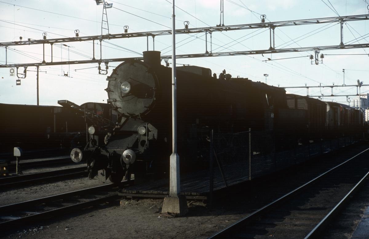Godstog fra Gjøvikbanen på Grefsen stasjon, trukket av damplok type 63a.
