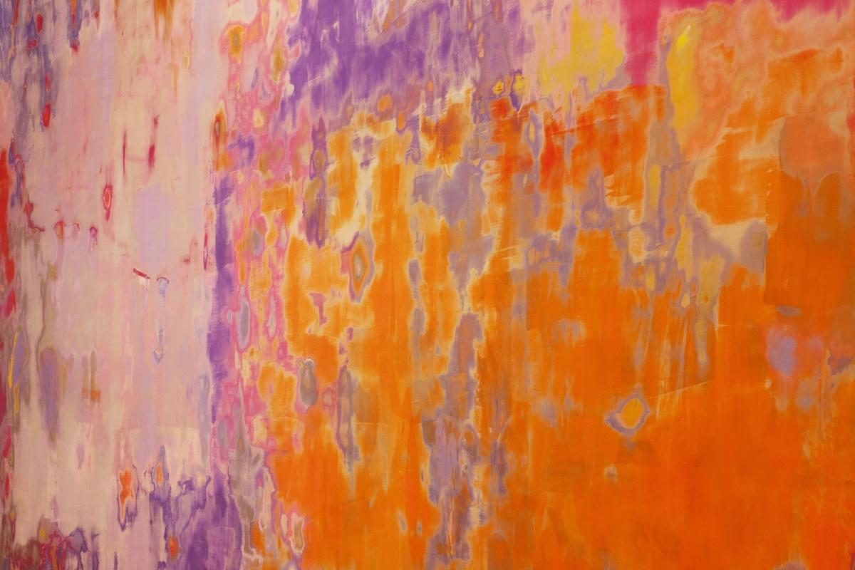 """Lyche ønsker og vise sporene av en handling og samtidig skape en refleksjon over maleriet som medium. Veggmaleriet har ingen hemmeligheter, men viser istedenfor hele itt potensiale via den synlige kunstneriske prosessen og innholder alt fra et maleri foruten selve """"bildet"""". Hun bruker maleriet til å skape et eget rom i det gitte rommet - et maleri som fordrer rom."""