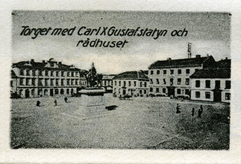 """Text till bilden: """"Torget med Carl X Gustaf statyn och Rådhuset""""."""