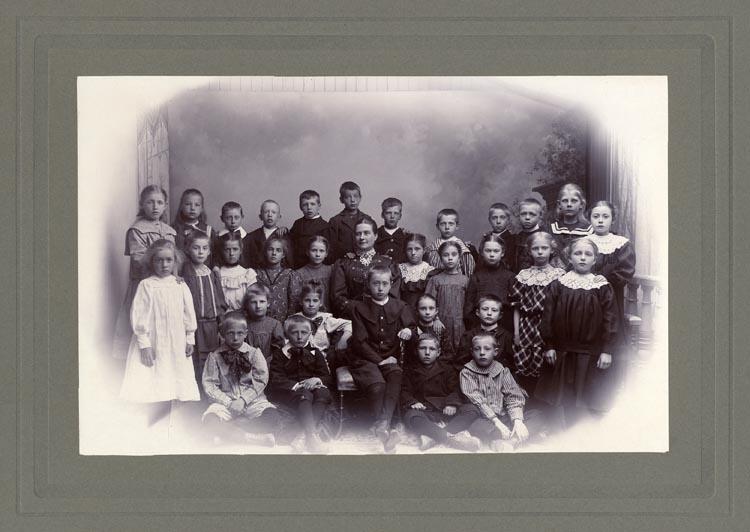 """Inramat fotografi. Avgångsklassen 1907 från """"Lancastern""""."""