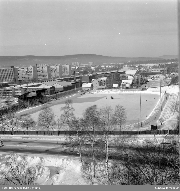 Idrottsparken i vinterskrud, fotograferat från höghuset.