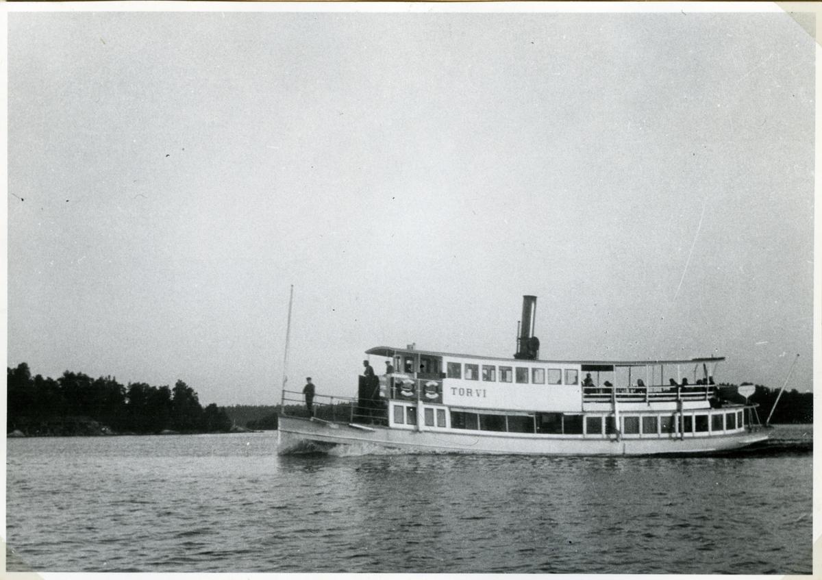 Fartyget befinner sig mellan Risholmen och Båtsholmen nära Värmdölandet.
