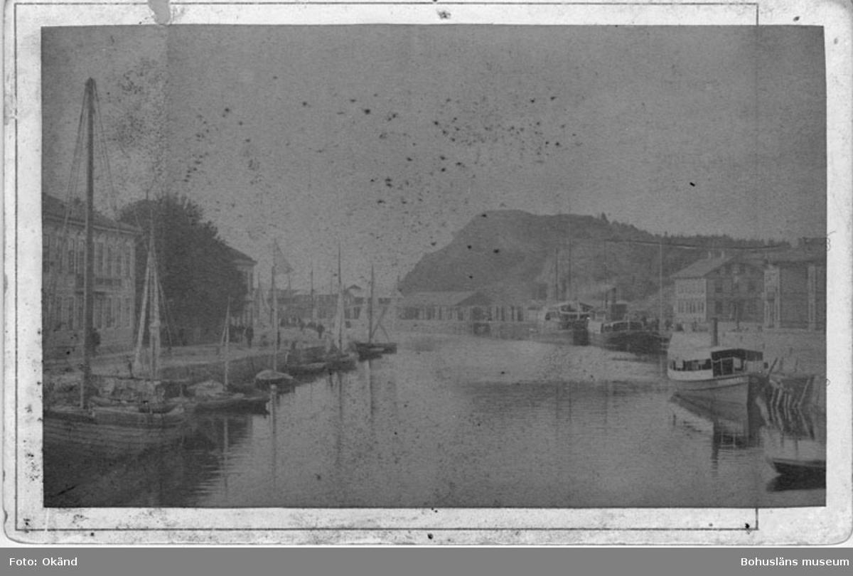 """Enligt text skrivet på kopian: """"Hamnen, väster stenbron, Uddevalla omkr.1900""""."""