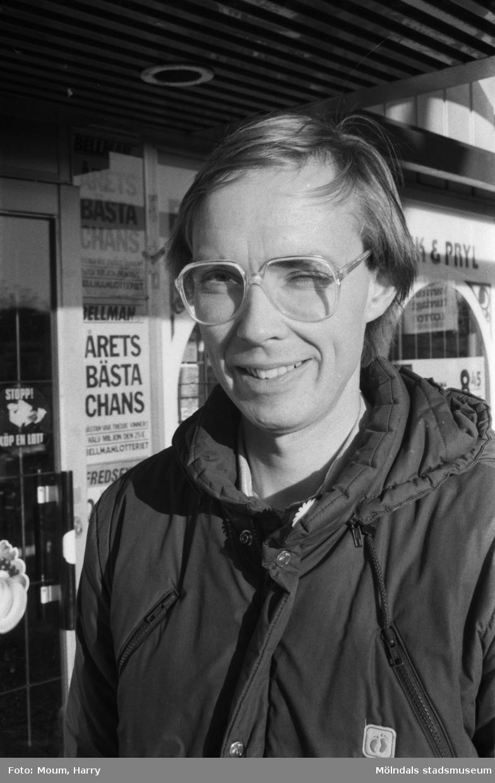 """""""Göran Samson har bott i Lindome i 11 år och trivs. Han talar mycket och gärna om centrum. - Vårdcentral och apotek är en stor tillgång, säger han. Den lilla parken framför affärerna borde snyggas upp. Några parksoffor på sommaren och litet allmän upprustning skulle sitta bra."""" År 1984.  För mer information om bilden se under tilläggsinformation."""