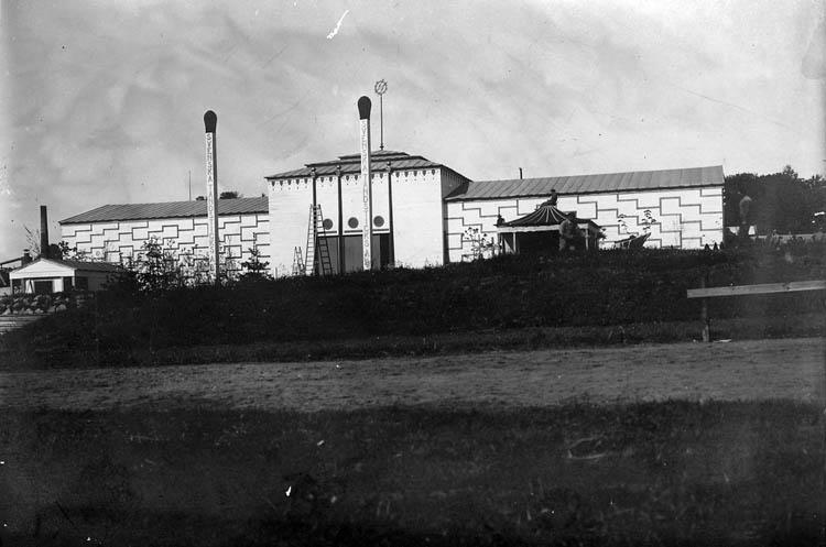 Uddevallautställningen 1928. Text på tändstickorna utanför stora paviljongen: SVENSKA TÄNDSTICKS AB