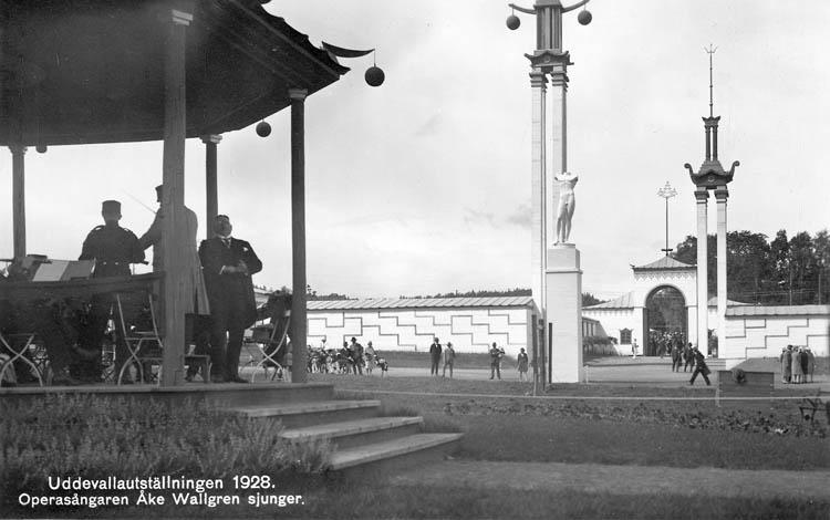 """Text på kortet: """"Uddevallautställningen 1928. Oprasångaren Åke Wallgren sjunger""""."""