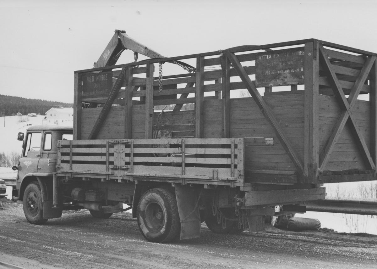 Godsvognene To1 med løftekasse 204 og Go26 sto hensatt i Sørumsand sentrum etter at de ble flyttet fra Sørumsand Verksteds område. Løftekasse 204 transporteres pr. lastebil til museumsbanen.