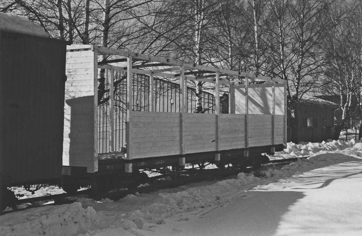 Hensatte godsvogner på Sørumsand. Godsvogn To1 fikk påbygget overbygning for bruk som sommervogn.