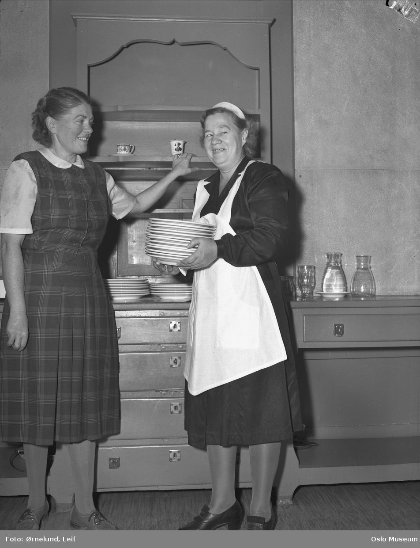 Studiehjem for unge piker, interiør, kjøkken, kvinner2, tallerkenstabel