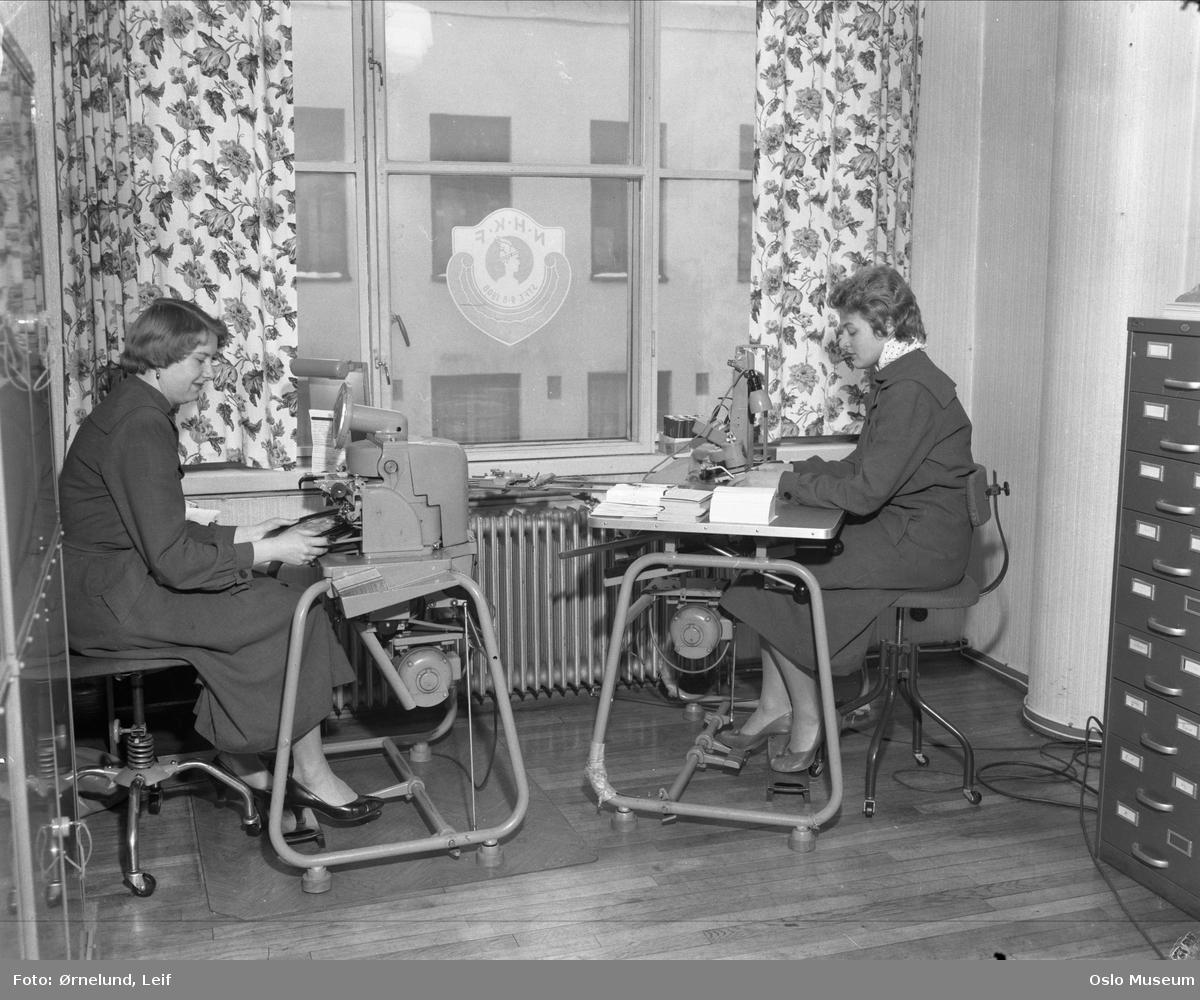 interiør, kontor, kvinner2, kontormaskiner, punsjemaskin
