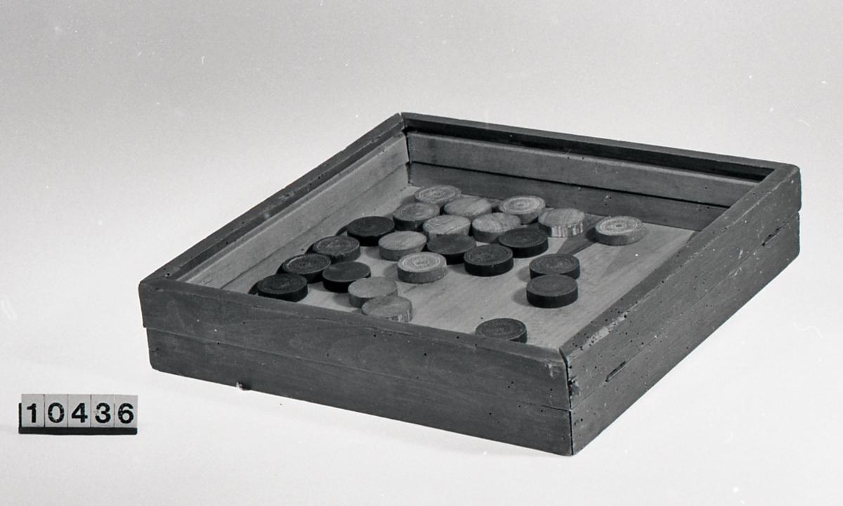 Form: kasse :kvadratisk tverrsnitt, brikker:sirkulære