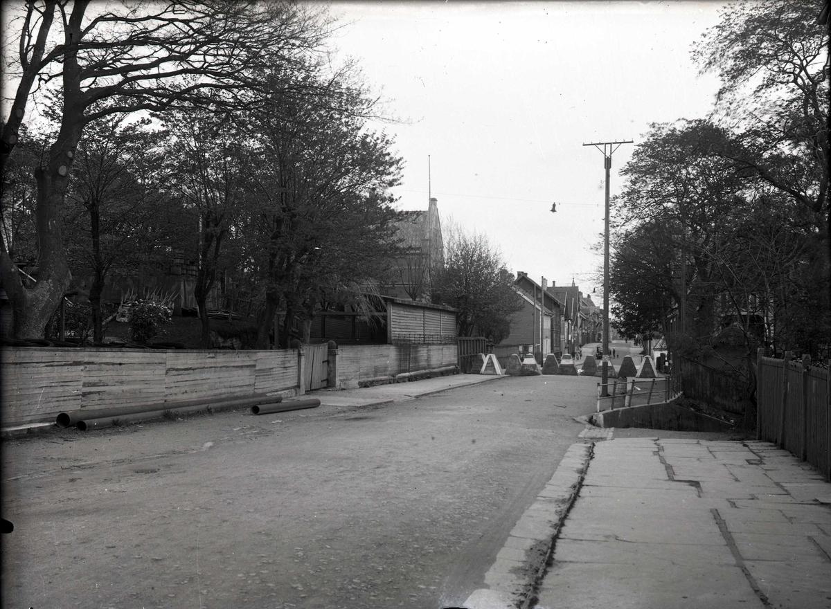 Tanksperring med Hitlertenner nord i Strandgt. I hagen til v. står det skilt med tekst: Tilfluktsrom.