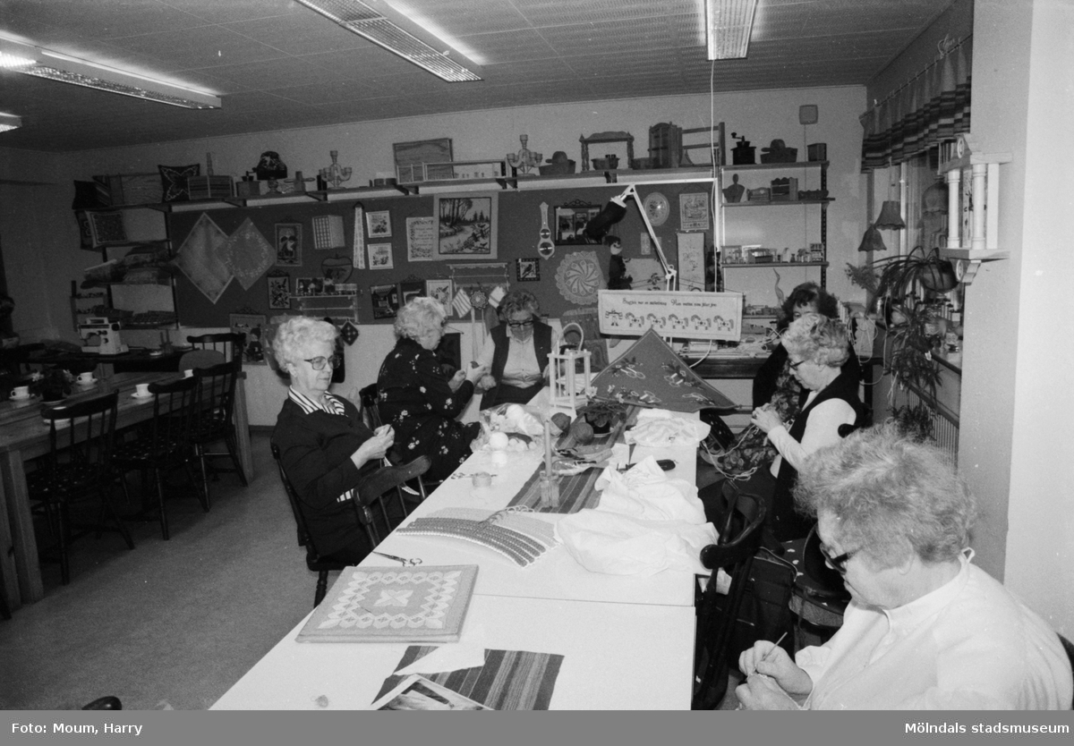 Aktiviteter för äldre på Våmmedalsvägens dagcentral i Kållered, år 1984.  För mer information om bilden se under tilläggsinformation.