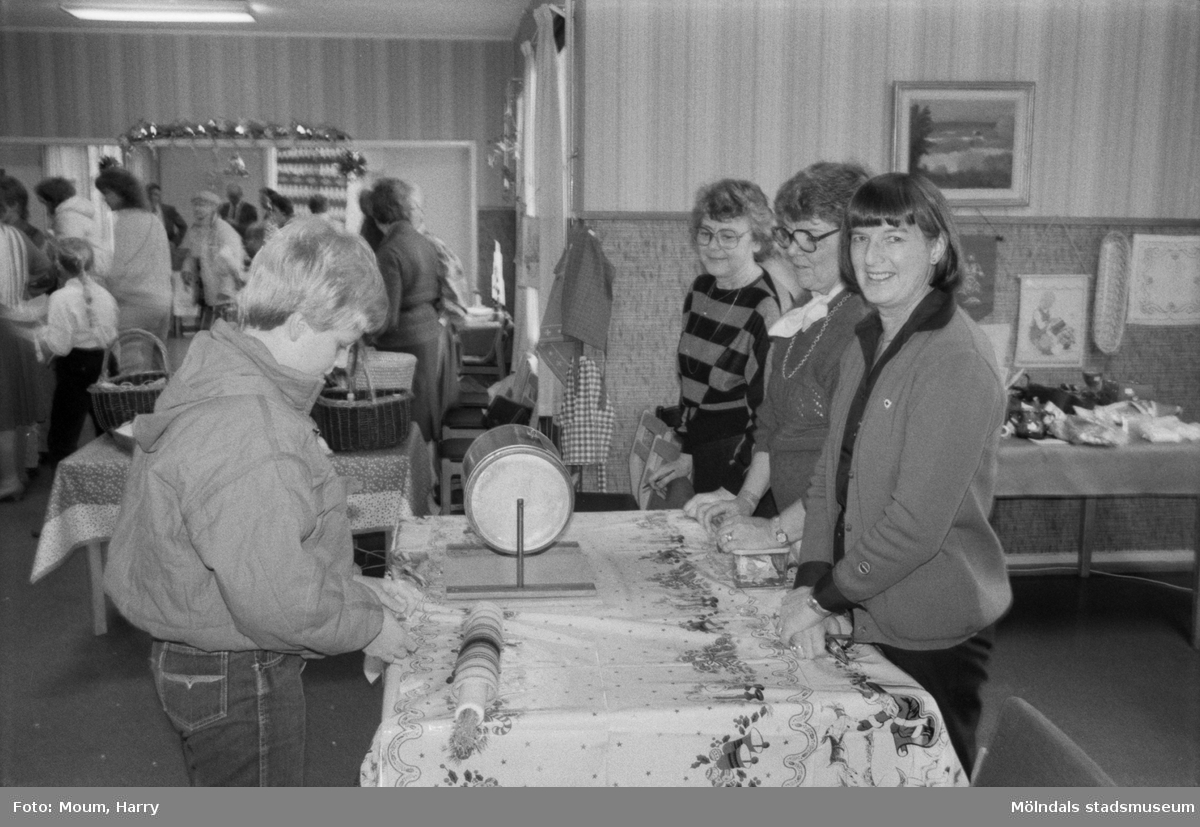 Röda Korsets julbasar i gamla kommunalhuset i Kållered, år 1984.  För mer information om bilden se under tilläggsinformation.
