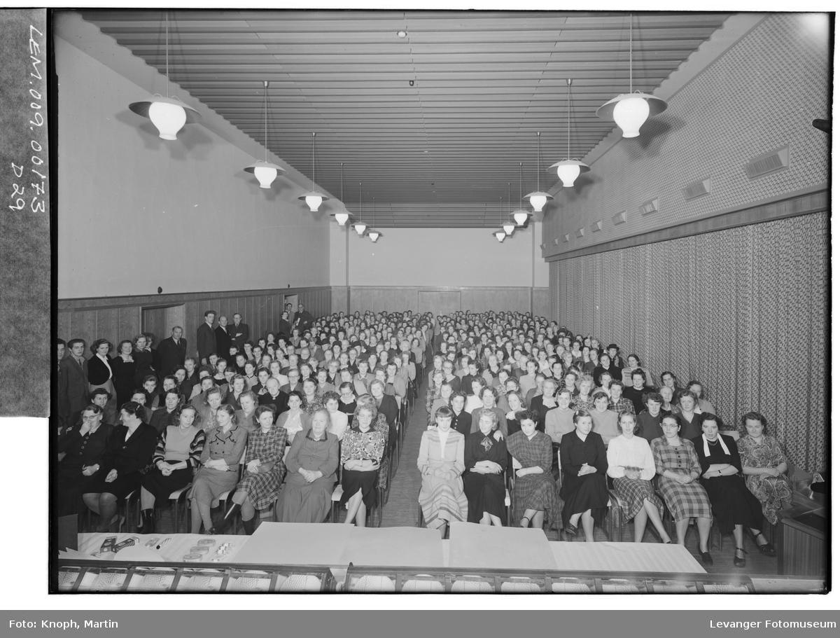 Kinosalen i Steinkjer fylles opp når teateret kommer til byen  I