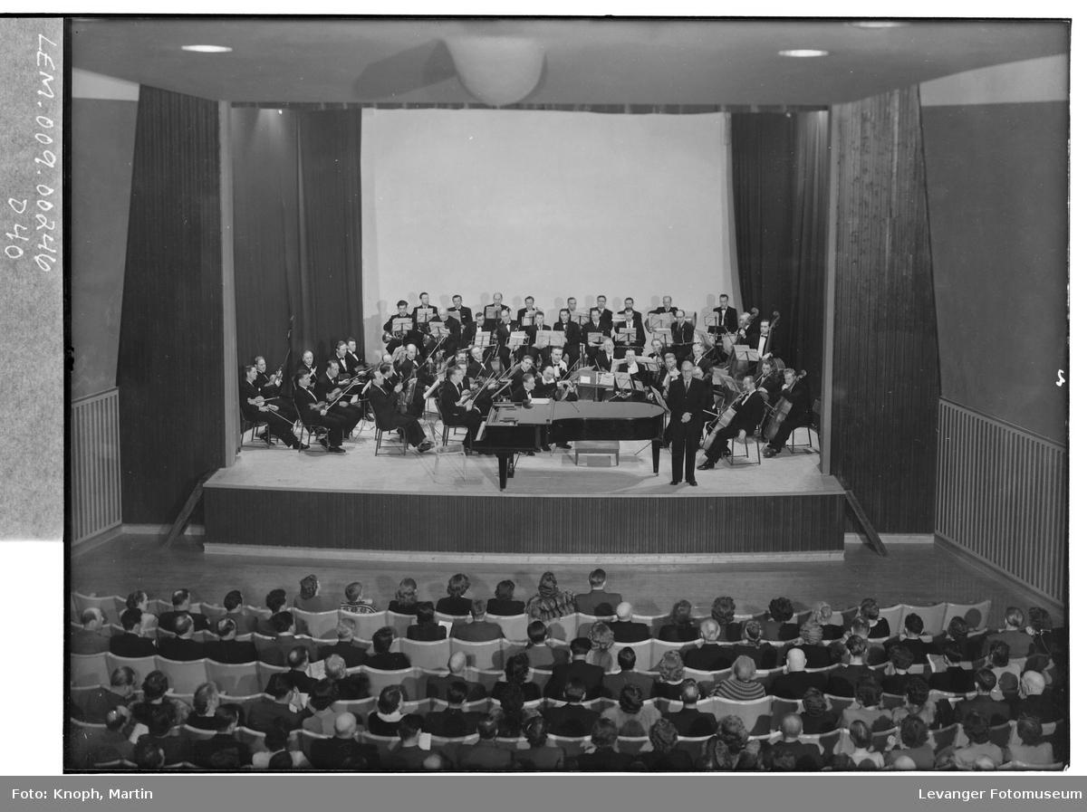 Symfoniorkesteret i Kinosalen på Steinkjer, 1952.  I