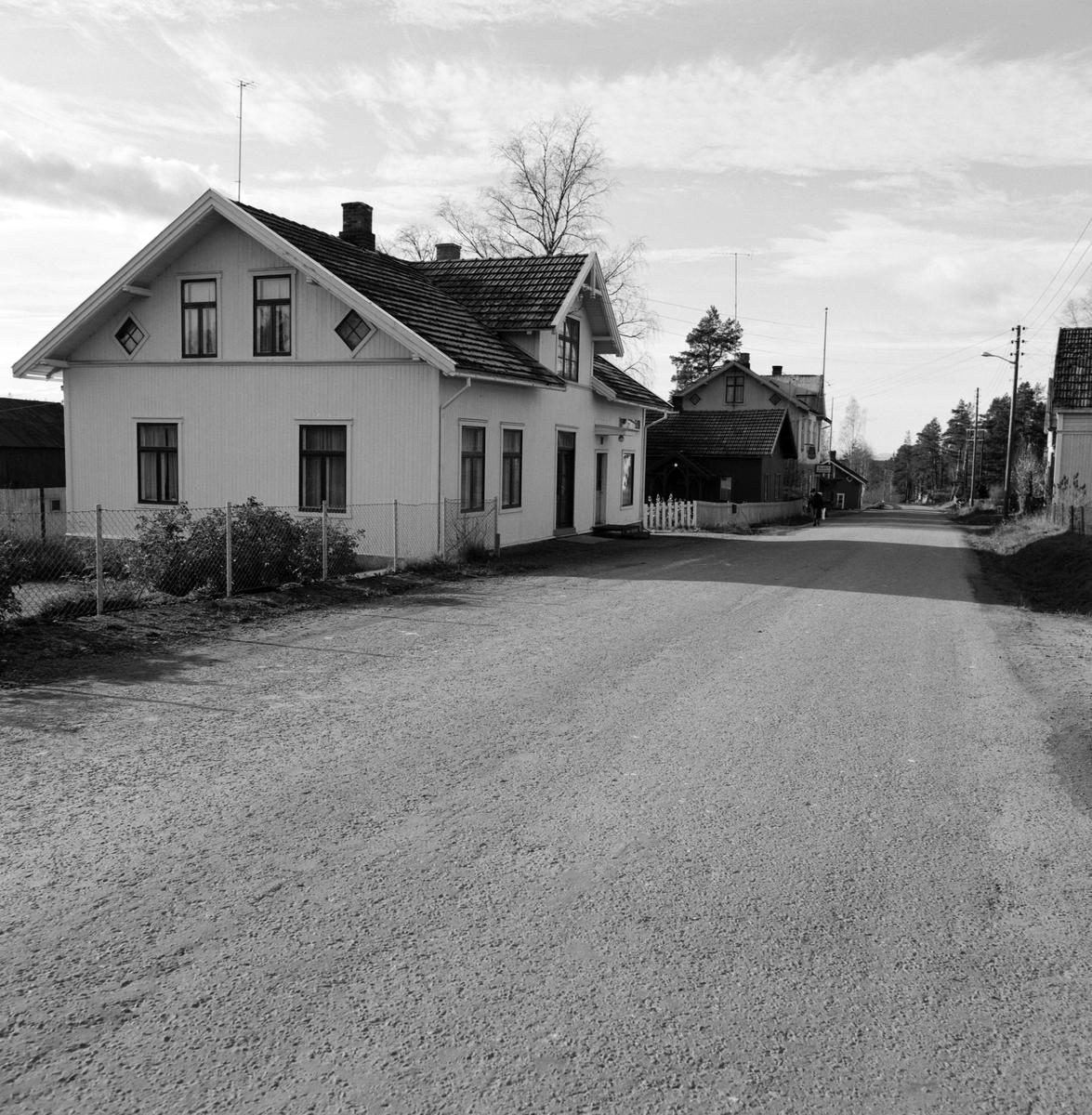 """Klevbakken, """"kiosken"""", her hadde G. (Gunnar) Stensbak slakteforretning og pølsemakeri fra 1930 fram til ca 1970(minst 1968, HA)), Klevbakken 83. Løten. Ådalsbruk."""