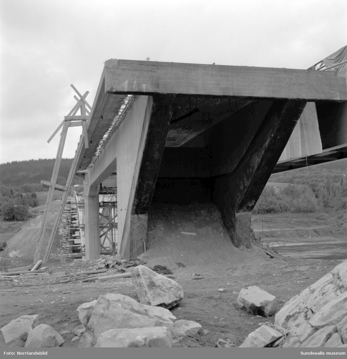 Rivning av den gamla Kävstabron i Indal.