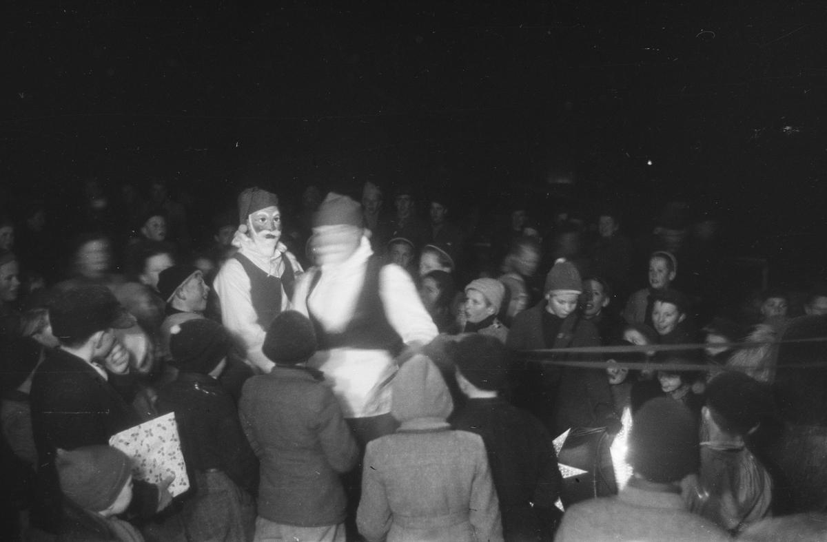 Julegateåpning. Leiret, Elverum. Nissen deler ut gaver til barna.