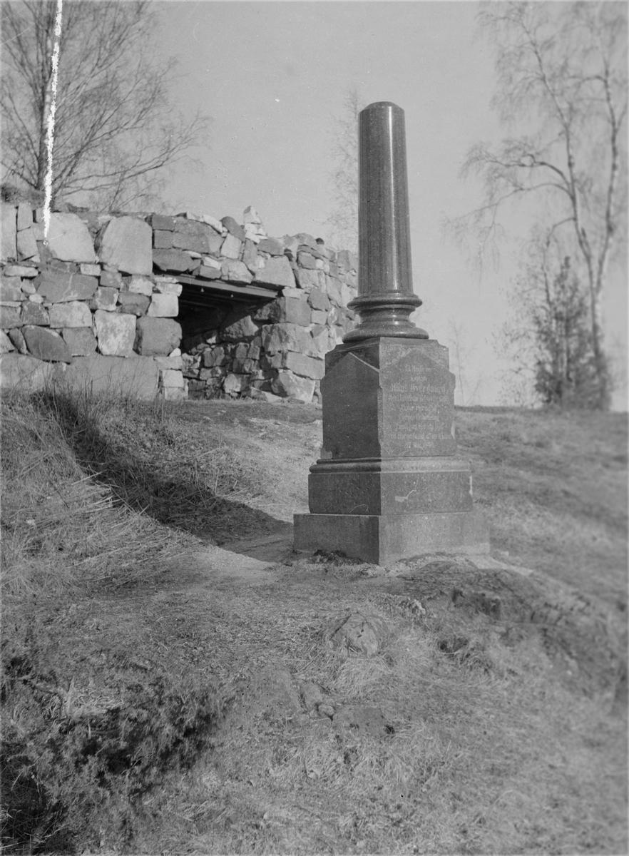 Christiansfjeld festning. Bauta over Hans Øvergaard som omkom under saluttering ved festningen 17. mai 1840.
